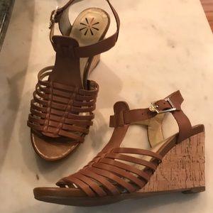 Isaac Mizrahi brown leather wedge sandal, size 6